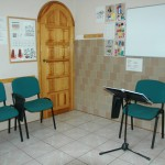 sala jest wyposażona w wygodne krzesła z podstawkami na książki i zeszyty